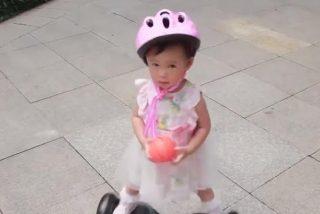 Esta niña de dos años se hace viral por su habilidad con un patinete eléctrico