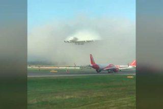 Este avión de Emirates aparece de la nada en la pista de aterrizaje