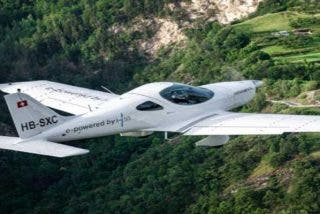 Así fue el impresionante vuelo de este avión eléctrico sobre las montañas de Suiza