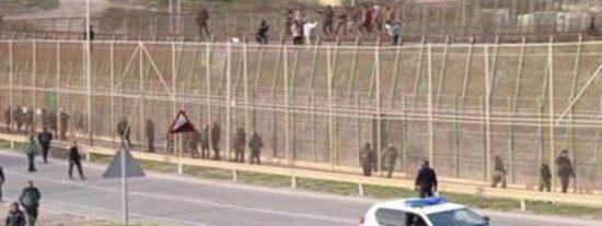 6 guardias civiles heridos tras el salto violento a la valla de Melilla de unos 200 migrantes muy agresivos