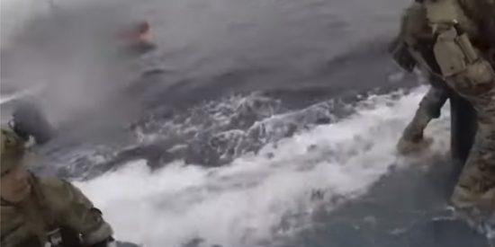 Momento en que agentes de EE.UU. asaltan un narcosubmarino en movimiento con 232 millones de dólares en cocaína