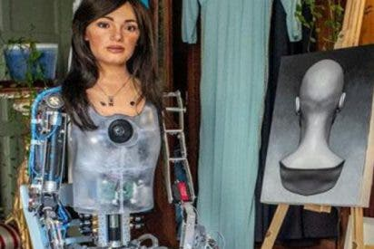 Así es Ai-Da, la robot artista que ya expone retratos pintados con IA