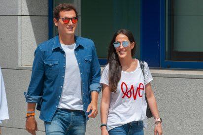 ¡Ojo a la camiseta!: Malú y Albert Rivera oficializan su relación a la puerta del hospital