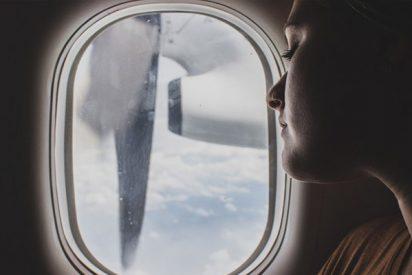Un pasajero de este avión graba la avería de un motor en pleno vuelo