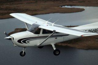 Esta avioneta realiza un amerizaje a pocos metros de una playa en EE.UU.