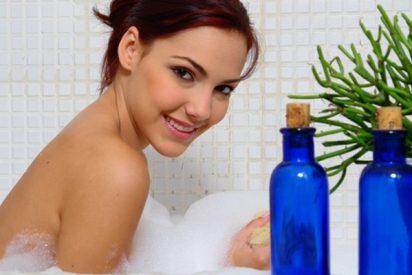 Cómo usar los aceites esenciales para un baño relajante