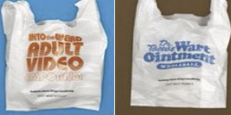 Una empresa coloca estos mensajes humillantes en sus bolsas de plástico para promover el reciclaje y fracasa