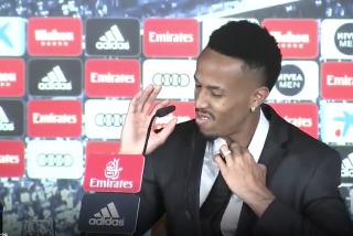 Militao se marea y abandona la rueda de prensa de su presentación con el Real Madrid