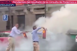 Ortega Smith hace de bombero y apaga el fuego de un contenedor al lado de la sede de VOX