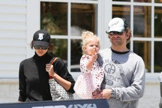 La madre del actor Bradley Cooper se tira al pescuezo de la bella Irina Shayk