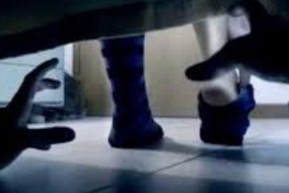 Una chica se despierta de madrugada y encuentra a un ladrón armado debajo de su cama