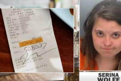 Detienen a esta chica tras dejar como 'venganza' una propina de 4.400 euros con la tarjeta que había robado a su novio
