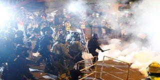 Duros enfrentamientos entre la policía y los manifestantes en Hong Kong