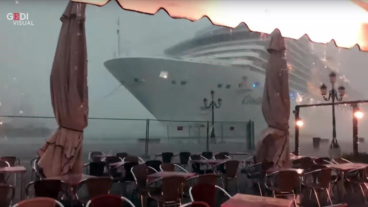 El barco 'Costa Deliziosa' pasó junto a una cafetería del puerto y a punto estuvo de chocar.