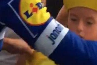 El bonito gesto de Alaphilippe con un niño helado de frío: le puso su maillot amarillo