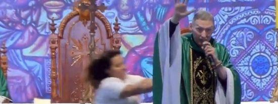 Una mujer enfurecida embiste y derriba al padre Marcelo Rossi en plena misa