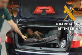 La Guardia Civil descubre a esta mujer deshidratada que viajaba oculta en un maleta de un coche