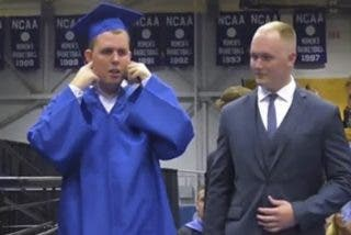 Este estudiante de secundaria con autismo recibe una ovación mientras obtiene su diploma en la graduación