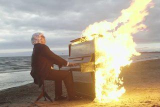 Este músico ciego interpreta una canción mientras su piano arde en llamas