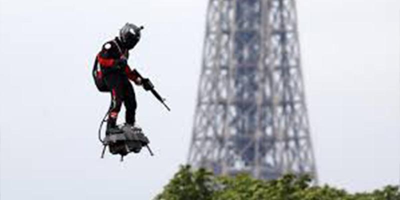 Este soldado volador se convierte en la principal atracción del 14 de julio en los Campos Elíseos
