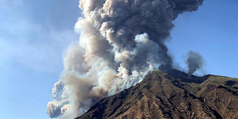 Explosiones muy violentas del volcán italiano Estrómboli se cobran un muerto y un herido