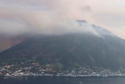 Pasajeros de un barco graban el momento en que huyen a toda máquina de la erupción del volcán Estrómboli