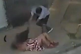 El tipo está más de un minuto propinando una feroz paliza a la mujer y se caga cuando llega la Policía