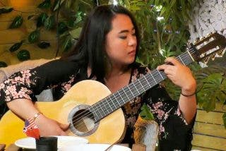 Esta guitarrista china de 'First Dates' pasa del flamenco al s**o en un pis pas