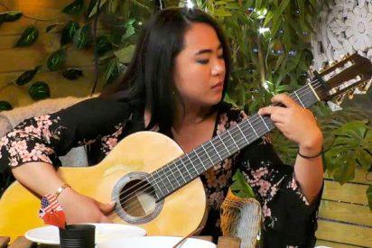 Esta guitarrista china de 'First Dates' pasa del flamenco al s**o en un pis pas