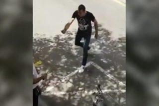 Graban en L'Hospitalet de Llobregat esta pelea a cuchilladas a plena luz del día