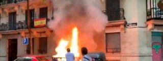 Unos facinerosos incendian un contenedor junto a la sede de VOX... y Ortega Smith sale con un extintor para apagarlo