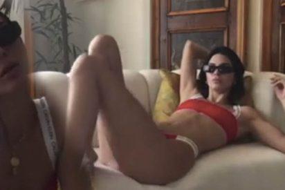 Kendall Jenner se pone un bikini para tumbarse en el sofá del salón de su casa