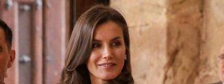 La Reina Letizia inaugura el verano elegante en España apostando por el rojo coral