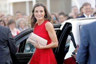 El 'total red' de la Reina Letizia antes de irse de vacaciones