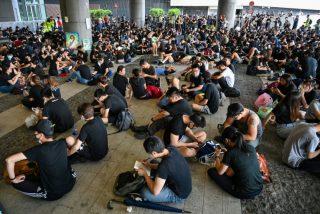 Los manifestantes derriban a golpes la puerta e irrumpen en el Parlamento de Hong Kong