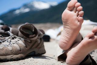 Camino de Santiago: ¿Qué calzado es mejor? ¿Bota o zapatilla?