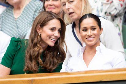 Kate Middleton y Meghan Markle sonrientes, charlatanas y bellas en el palco real en Wimbledon