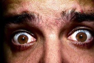 ¿Debo alarmarme si veo moscas en el ojo?