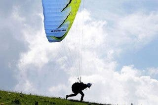 ¡Terrible!: Este parapentista graba su aparatoso accidente mientras volaba sobrelos Alpes suizos
