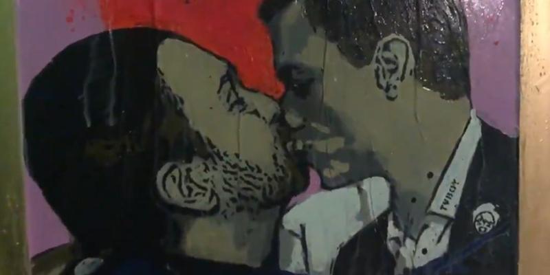 Pedro Sánchez y Pablo Iglesias 'se morrean' en un grafiti que adorna Barcelona