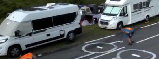 Decenas de penes dibujados en la carretera son eliminados cada día por los operarios del Tour