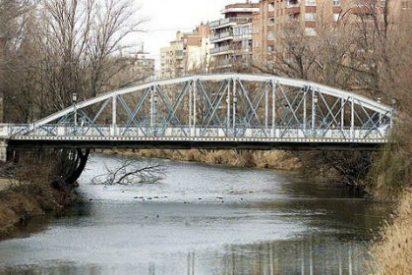 Rescatan a un hombre de madrugada tras quedar su cabeza atrapada entre los barrotes de un puente en Palencia
