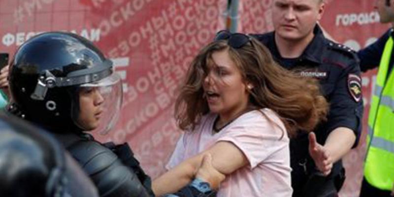 Represión comunista en Rusia: más de 1.000 detenidos en una manifestación en Moscú