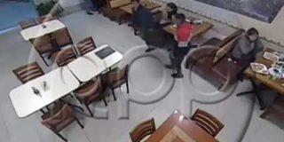Este cobarde abandona a su acompañante cuando entran a robar en un restaurante