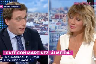 """La 'Abuelita Lobo' Carmena no sabe perder y le dice a Martínez-Almeida que ha hecho """"el gilipollas"""" con ella"""