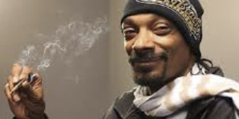 Snoop Dogg sube una fotosuya'fumando marihuana' con Kurt Cobain y la lía gorda