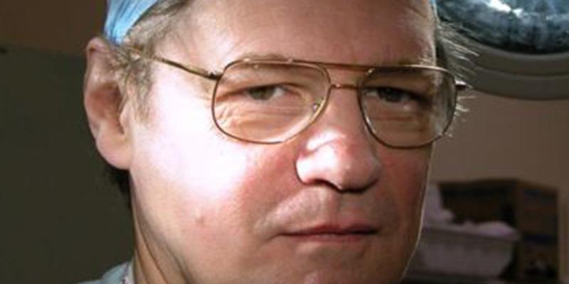 Así es Stephen Westaby, el cirujano cardíaco que salvó a más de 11.000 pacientes gracias a que se fracturó el cráneo