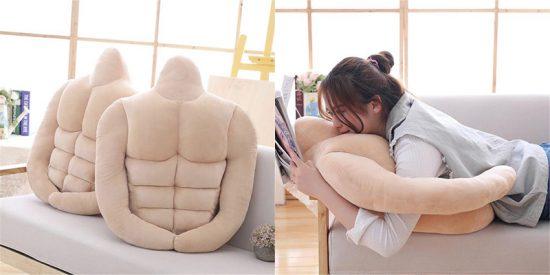 Te presentamos la almohada en forma de novio con abdominales