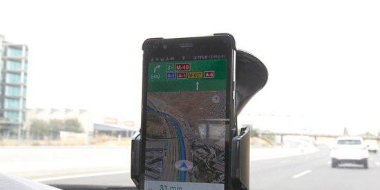 ¿Sabías que no debes pegar nunca tu navegador o el móvil en el parabrisas del coche?