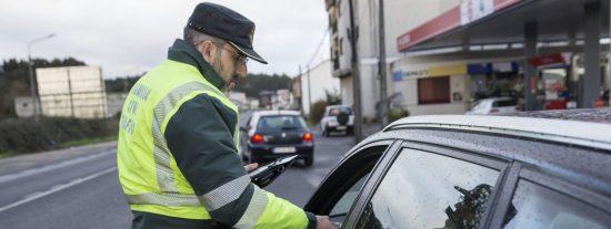 Depilarse las cejas en un semáforo en rojo y otros 20 motivos por los que te pueden multar